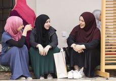 3 исламских девушки сидят в дворе husrev Gazi умоляют мечети в Сараеве Стоковая Фотография
