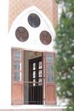 Исламское зеркало окон дизайна и зеленая ветвь дерева Стоковое Фото