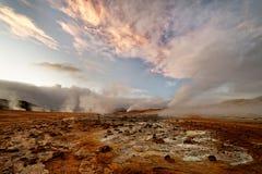 Исландия - вулканический ландшафт - геотермическая зона с выходом пара стоковые фото