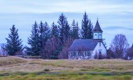 Исландия - маленькая церковь рядом с лесом стоковые изображения