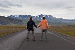 Исландия - 19-ое июля 2016: Вид сзади человека и стоковая фотография rf