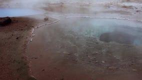 Исландия, пар горячей воды в долине гейзера видеоматериал