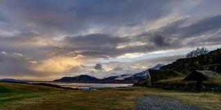 Исландский ландшафт во время часа восхода солнца золотого около Reykjavik Ri Стоковые Фотографии RF
