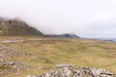 Исландский ландшафт горы в тумане Стоковая Фотография RF