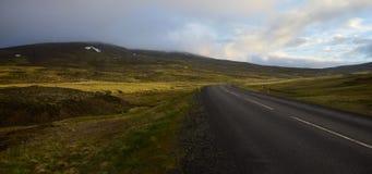 Исландский ландшафт ночью середины лета Дорога никакая 744 на полуострове Skagi стоковые фотографии rf