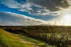 Исландский ландшафт с голубым небом и солнцем и облаками с mounta Стоковые Фотографии RF