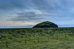 Исландский ландшафт с горами и рекой с травой и stre Стоковые Изображения RF