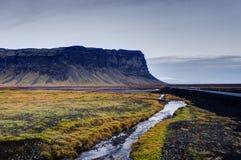 Исландский ландшафт с горами и рекой с травой и stre Стоковое Изображение