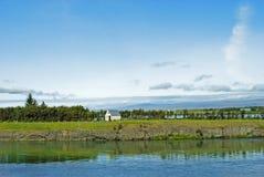 Исландский ландшафт с малым традиционным домом стоковые изображения rf