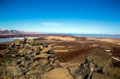 Исландский ландшафт с пирамидой из камней на переднем плане стоковые фотографии rf