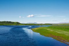 Исландский пейзаж с Salmon River, горами на заднем плане Стоковая Фотография RF