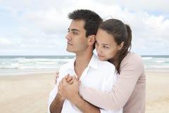 испанец пар bonding пляжа Стоковая Фотография