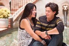 испанец привлекательного фонтана пар счастливый стоковое изображение rf