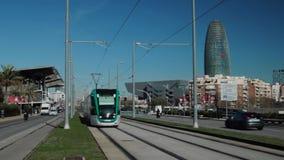 ИСПАНИЯ, БАРСЕЛОНА ФЕВРАЛЬ 2016: трамвайная линия Барселоны на avenida Meridiana сток-видео