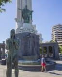 Испания, Канарские острова, Тенерифе, Santa Cruz de Тенерифе, 27-ое декабря 2017: бронзовая статуя человека с шпагой и памятником стоковые фотографии rf