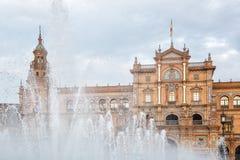 Испания Квадрат Площадь de Espana в общественном парке Марии Luisa, в Севилье, взгляд через фонтан Стоковая Фотография