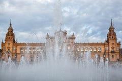 Испания Квадрат Площадь de Espana в общественном парке Марии Luisa, в Севилье, взгляд через фонтан стоковое изображение rf