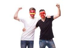 Испания против Турции на белой предпосылке Футбольные болельщики национальных команд празднуют, танцуют и scream Стоковое Фото