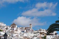 Испания, Frigiliana в Андалусии Взгляд к старой церков на холме стоковое фото rf