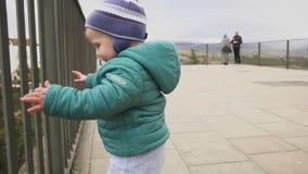 Испания ronda 9-ое января 2017 Радостный ребенк танцует и бежит в историческом месте Музыкант улицы играя гитару видеоматериал