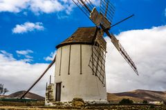 Испанская ветрянка сделанная камня с голубым небом Стоковые Фотографии RF