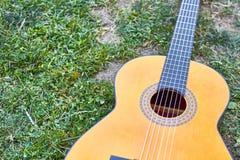 Испанская гитара в gound стоковые изображения rf