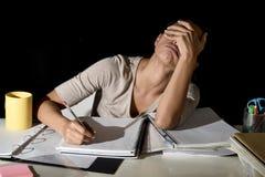 Испанская девушка изучая утомлянный и пробуренный дома ночной смотреть унылый и усиленный подготавливая экзамен стоковая фотография rf