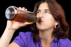Испанская женщина выпивая от бутылки вискиа или рома Стоковые Фотографии RF