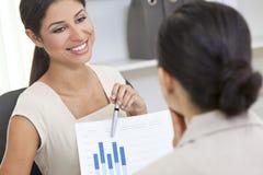 Испанская женщина или коммерсантка в встрече офиса Стоковые Изображения RF