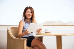 Испанская женщина используя планшет Стоковая Фотография