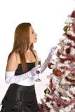 Испанская женщина смотря украшенную рождественскую елку Стоковая Фотография RF