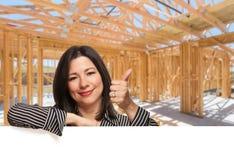 Испанская женщина с большими пальцами руки вверх на месте внутри нового домашнего Constructi стоковое изображение rf