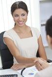 Испанская женщина трястия руки в офисе Стоковое Фото