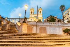 Испанская лестница, итальянская: Dei Monti Scalinata di Trinita, к ночь в Риме, Италия стоковое изображение