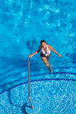 Испанская модель брюнет на бассейне Стоковое фото RF