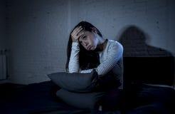 Испанская спальня женщины дома лежа в кровати поздно на ноче пробуя спать страдая инсомния Стоковая Фотография