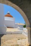 Испанская церковь через свод Стоковая Фотография