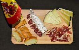 Испанские иберийские ассортимент, сыр, ветчина, сосиска и хлеб стоковые изображения rf