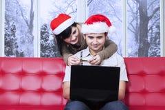 Испанские пары оплачивают онлайн дома Стоковые Изображения RF