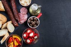Испанские тапы с serrano jamon кусков и зажаренным перцем alric стоковое изображение rf