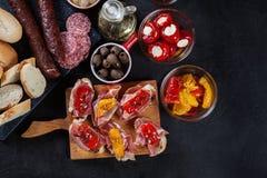 Испанские тапы с serrano jamon кусков и зажаренным перцем alric стоковые изображения rf