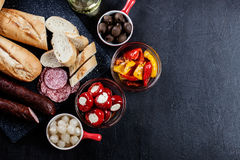 Испанские тапы с serrano jamon кусков и зажаренным перцем alric стоковое изображение