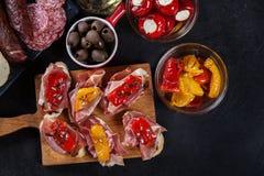 Испанские тапы с serrano jamon кусков и зажаренным перцем alric стоковые изображения