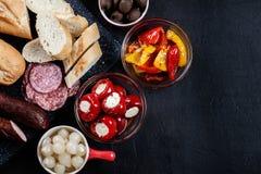 Испанские тапы с serrano jamon кусков и зажаренным перцем alric стоковые фотографии rf
