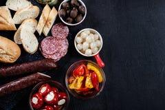 Испанские тапы с serrano jamon кусков и зажаренным перцем alric стоковое фото rf