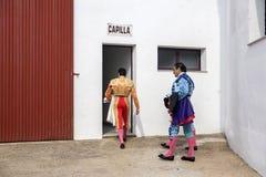 Испанские Bullfighters входят часовню перед начинать бой быков, Стоковые Изображения RF