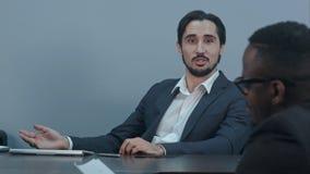 Испанский латинский бизнесмен связывая с афро американским партнером в офисе Стоковые Изображения