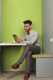 Испанский бизнесмен используя бизнесмена планшета в перерыве на чашку кофе кафа центра Coworking Стоковое фото RF