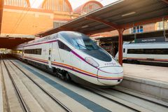 Испанский быстроходный поезд AVE в станции Chamartin стоковое изображение