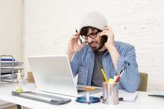 Испанский привлекательный бизнесмен битника работая дома офис говоря на мобильном телефоне Стоковые Фотографии RF